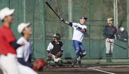 智弁和歌山の選手を前に打撃を披露するイチロー(代表撮影)