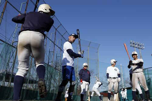 智弁和歌山の選手に打撃指導するイチロー氏(代表撮影)