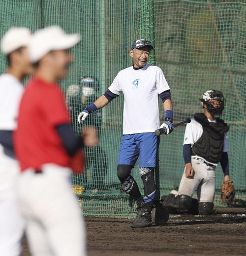 智弁和歌山の選手を前に打撃を披露し、笑顔を見せるイチロー氏(代表撮影)