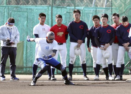 智弁和歌山の選手に走塁技術の指導をするイチロー氏(代表撮影)