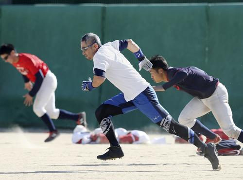 智弁和歌山の選手とともに走り込むイチロー氏(代表撮影)