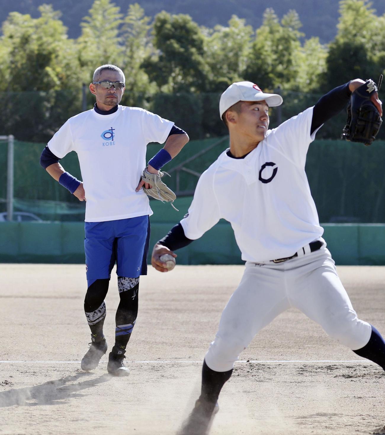 智弁和歌山の練習でキャッチボールする選手を見つめるイチロー氏(代表撮影)