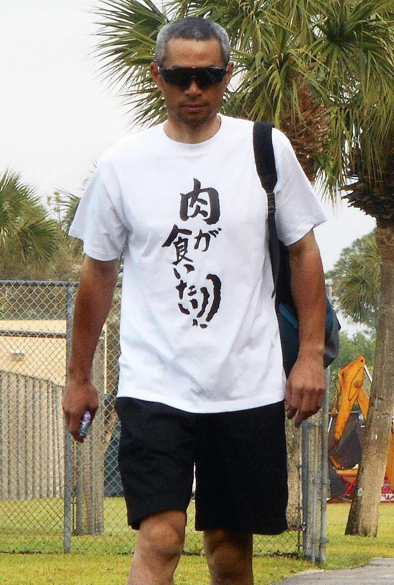 17年、「肉」Tシャツでキャンプ施設入りするイチロー