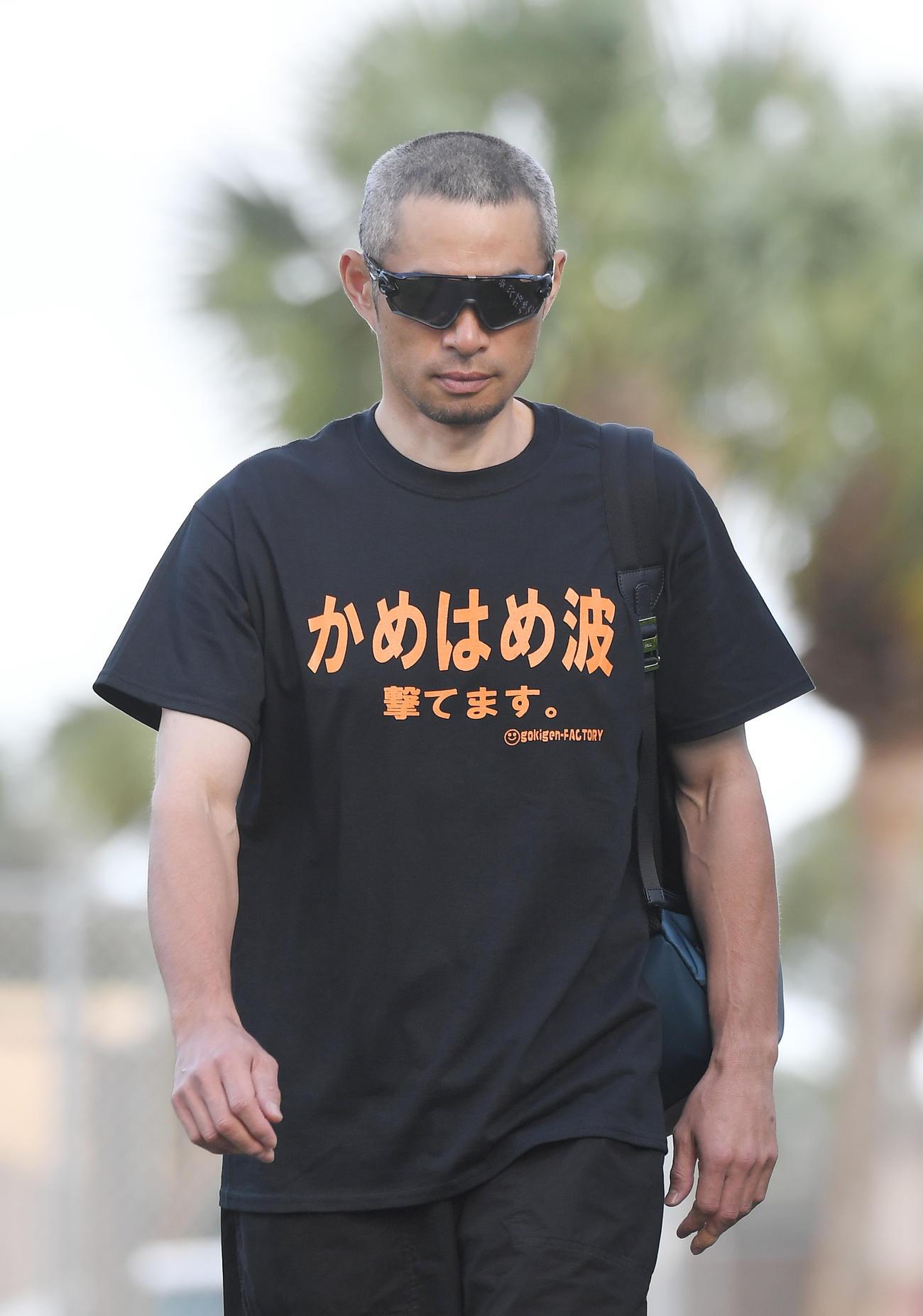17年、「かめはめ波 撃てます。」と書かれたTシャツを着てキャンプの施設に入るイチロー