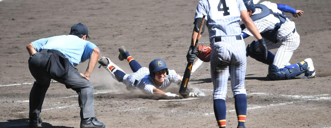 鹿児島城西戦でランニング本塁打を放った加藤学園・杉山は、本塁に滑り込む(2020年8月12日撮影)
