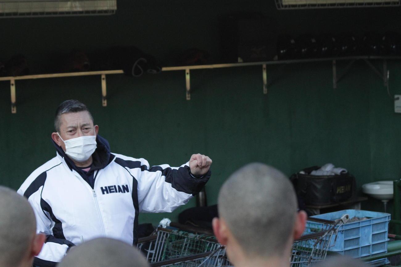 龍谷大平安(京都)の原田英彦監督が新年の始動前、ナインに訓示
