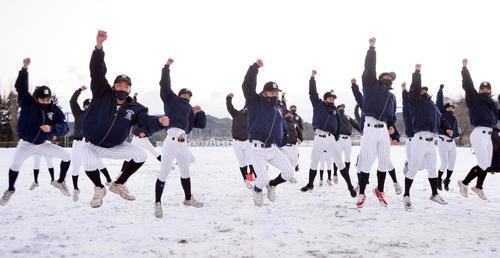 センバツ出場を決めて歓喜する八戸西の選手たち(撮影・佐藤究)