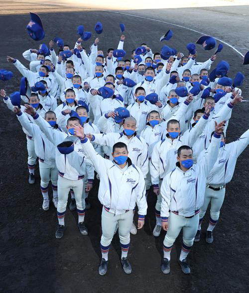 帽子を投げて喜ぶエース阪上(前列左)西川主将(同右)ら神戸国際大付ナイン (撮影・渦原淳)