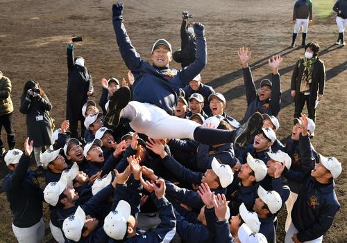 センバツ出場を決め、ナインから胴上げされる大崎・清水監督(撮影・岩下翔太)
