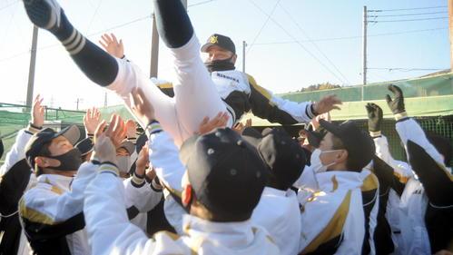春夏通じて初の甲子園出場が決まり、選手たちから胴上げされる三島南の稲木監督