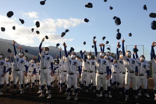 3年連続のセンバツ出場が決まった明豊ナインが帽子を投げて喜びを表した(撮影・浦田由紀夫)