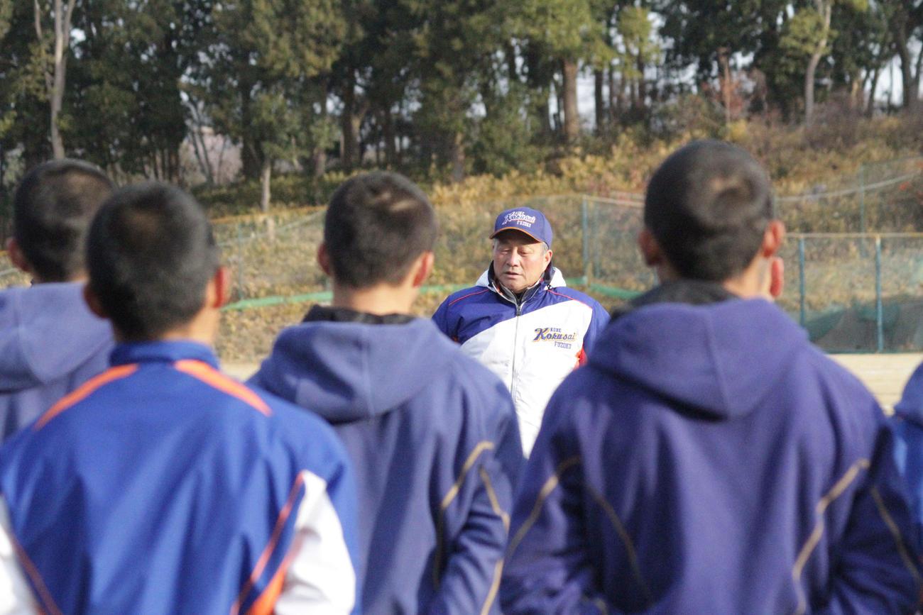 阪神・淡路大震災から26年たち、神戸国際大付の青木尚龍監督は練習前のミーティングで選手に当時の話をし、日常の尊さを説いた