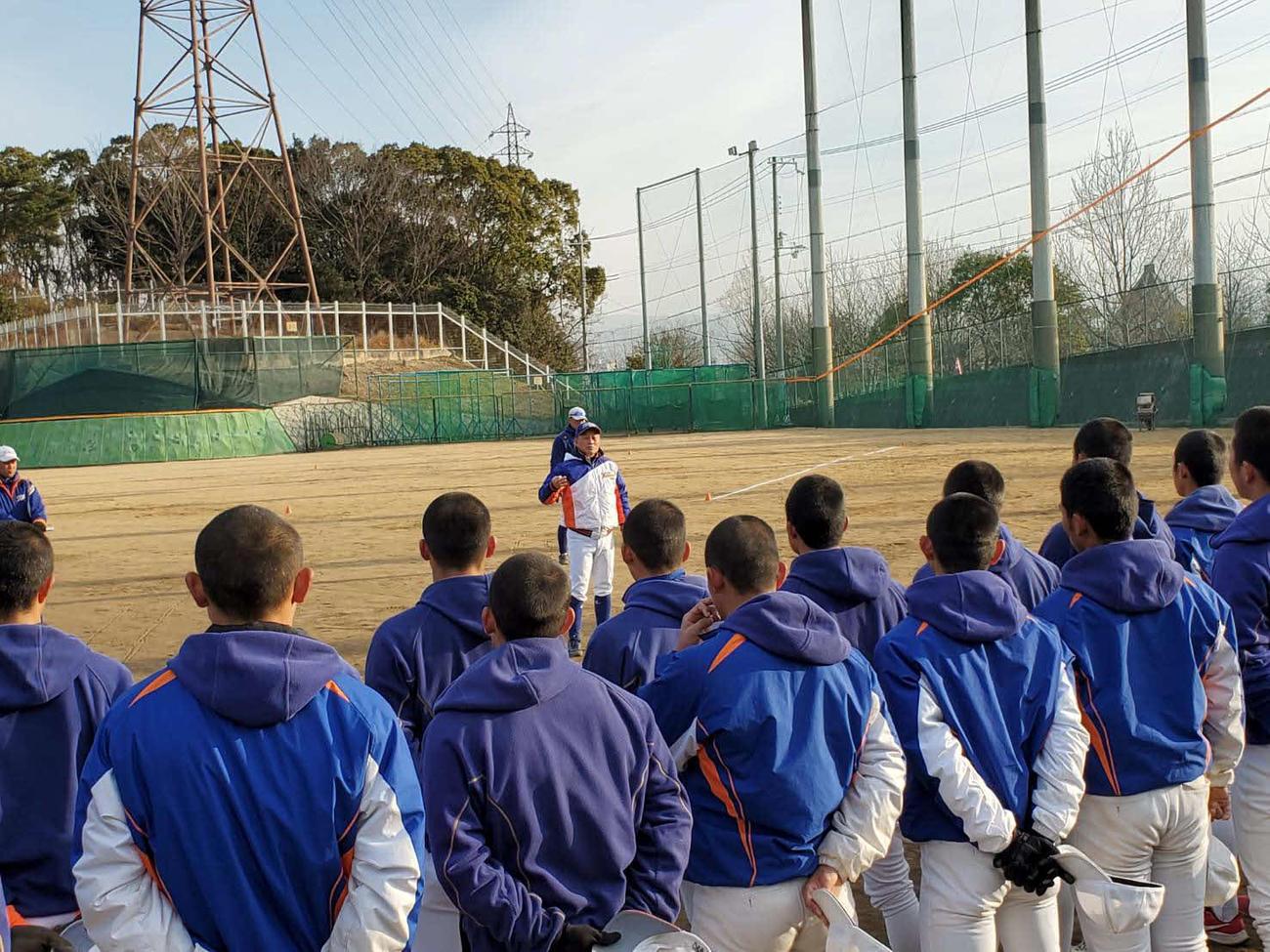 阪神・淡路大震災から26年たち、神戸国際大付の青木尚龍監督は練習前のミーティングで選手に当時の話をして日常の尊さを説いた