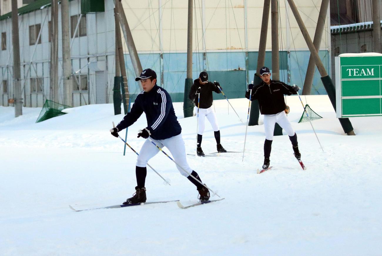 スキー板を履いてトレーニングする北海野球部の選手たち(撮影・永野高輔)