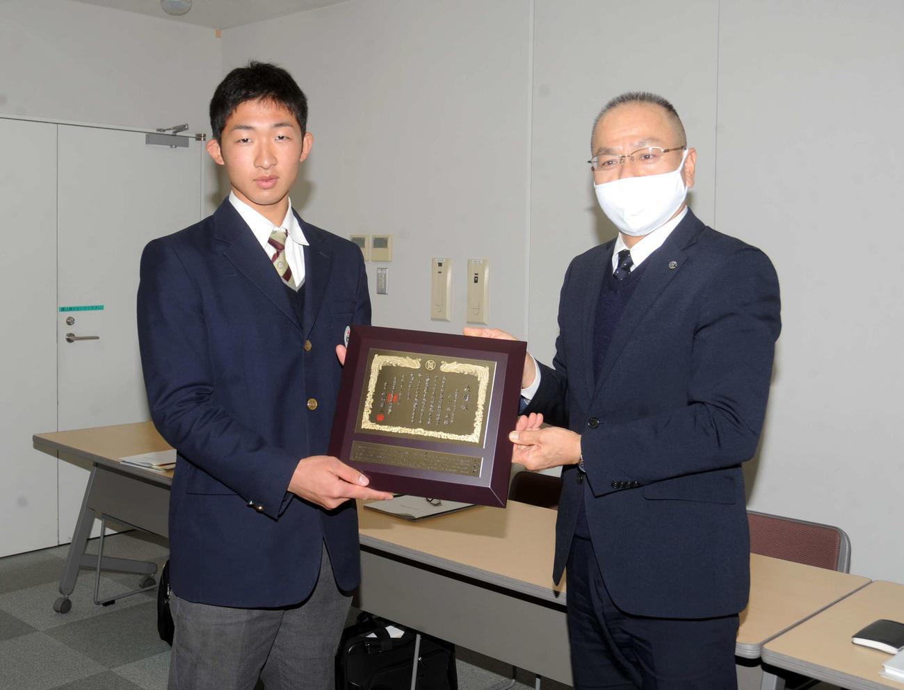 静岡県高野連の野部会長(右)から表彰を受けた聖隷クリストファーの山口
