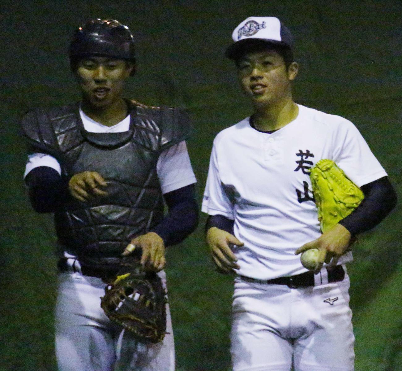 ブルペンでの投球練習を終え、話し合う東海大甲府・若山(右)と三浦(撮影・保坂恭子)