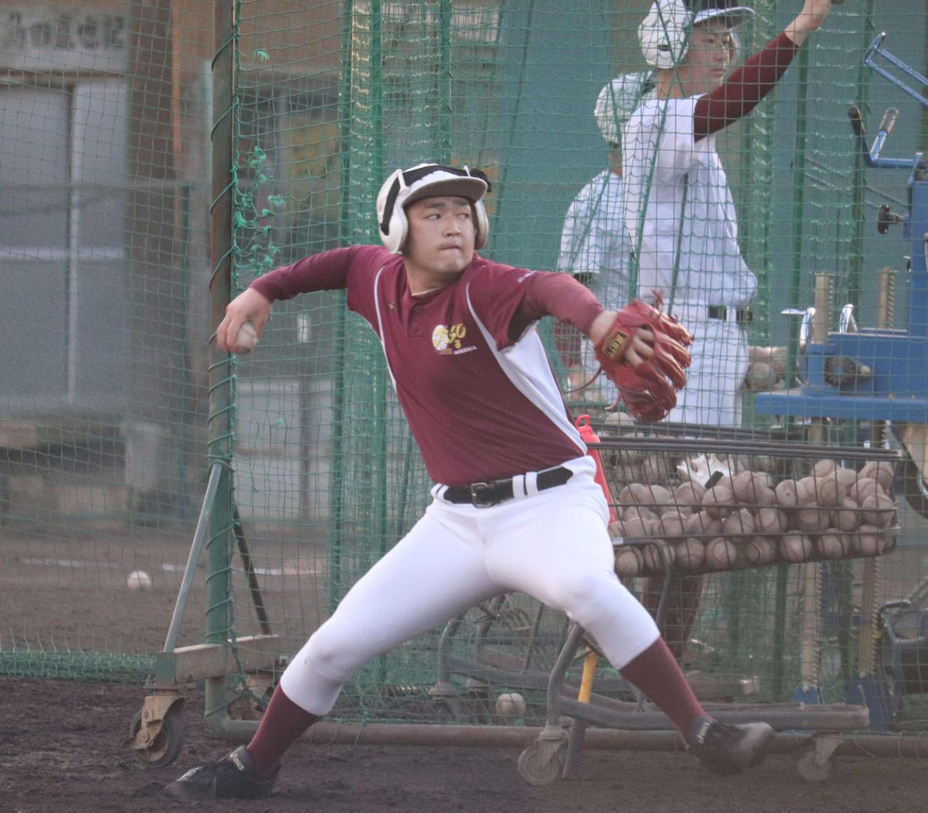 バッティングピッチャーで調整するエース秋本(撮影・保坂淑子)