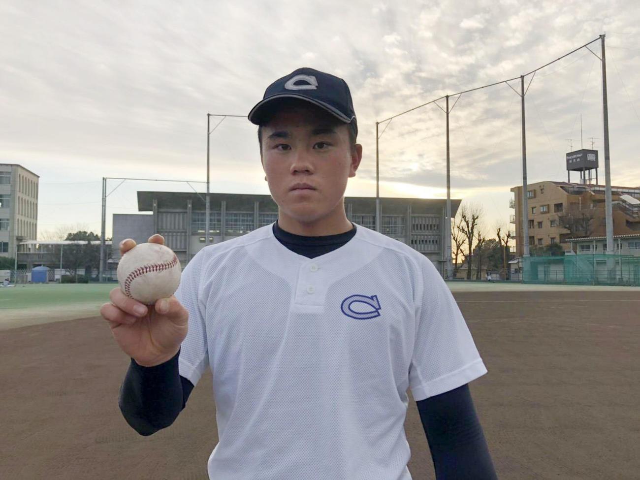 力強くボールを握る中京大中京の畔柳(チーム提供)