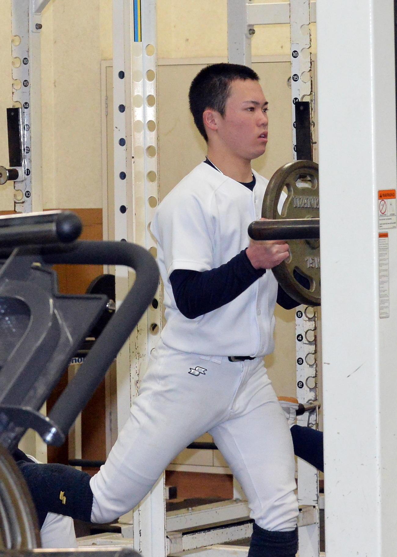 ウエートトレーニングで汗を流す八戸西・宮崎(撮影・佐藤究)