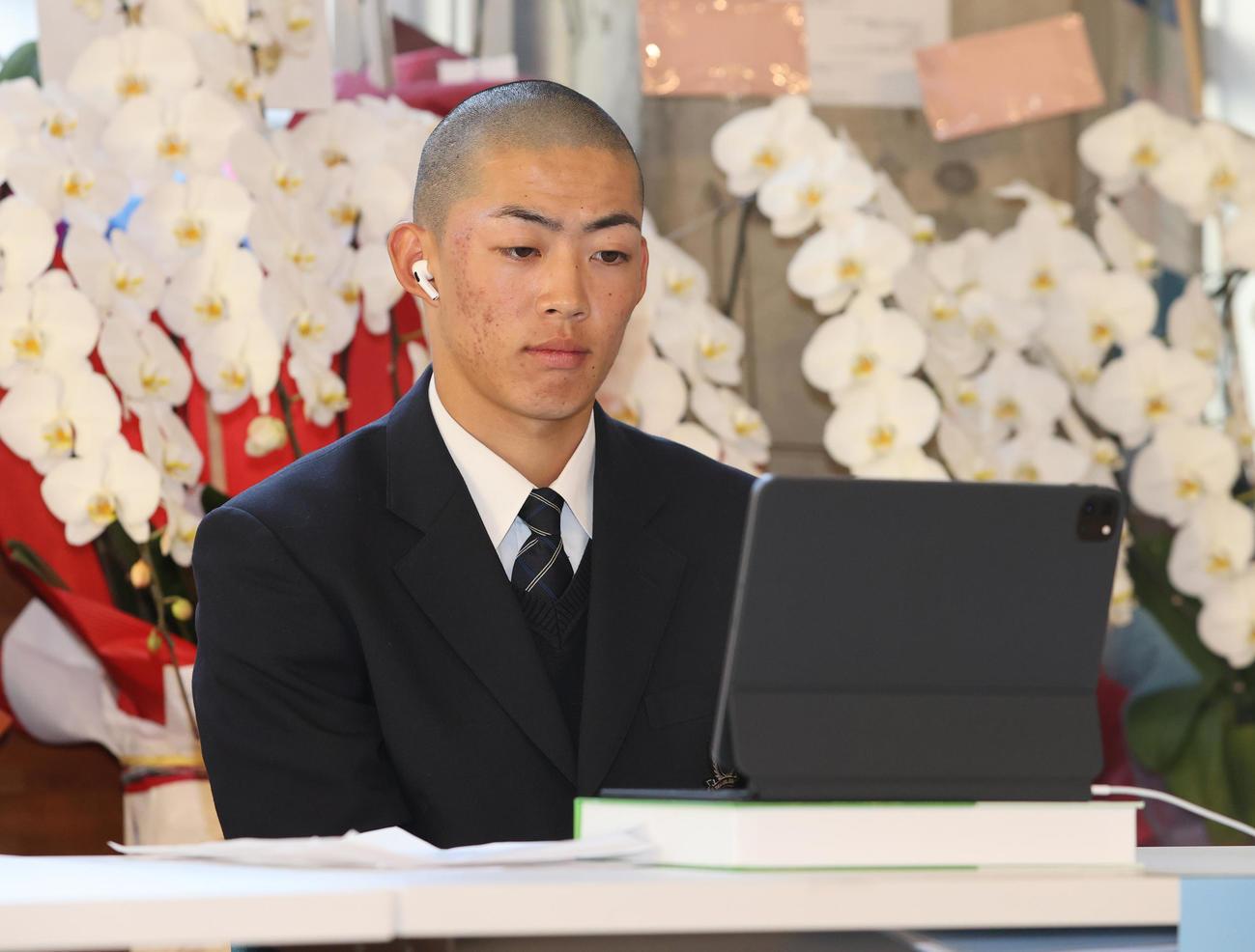 オンラインでの組み合わせ抽選会に臨む東海大菅生・栄主将(撮影・野上伸悟)