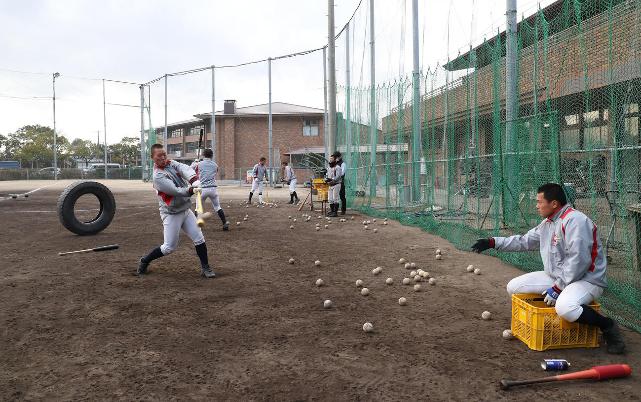 春のセンバツに向けて練習する京都国際ナイン(撮影・白石智彦)