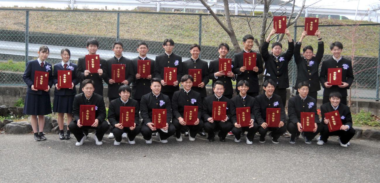 野球部の同期と笑顔で写真に納まるDeNAの高田(前列左から4人目)