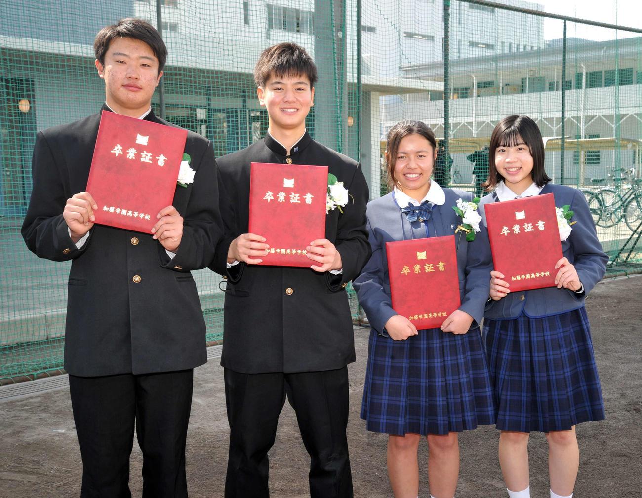 加藤学園高を卒業した元野球部員4人。左から肥沼投手、勝又内野手、山崎マネジャー、清水マネジャー