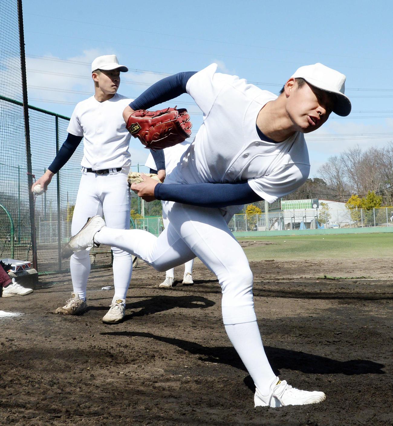 ブルペンで投球練習を行う大阪桐蔭・松浦(右)と関戸(撮影・前岡正明)