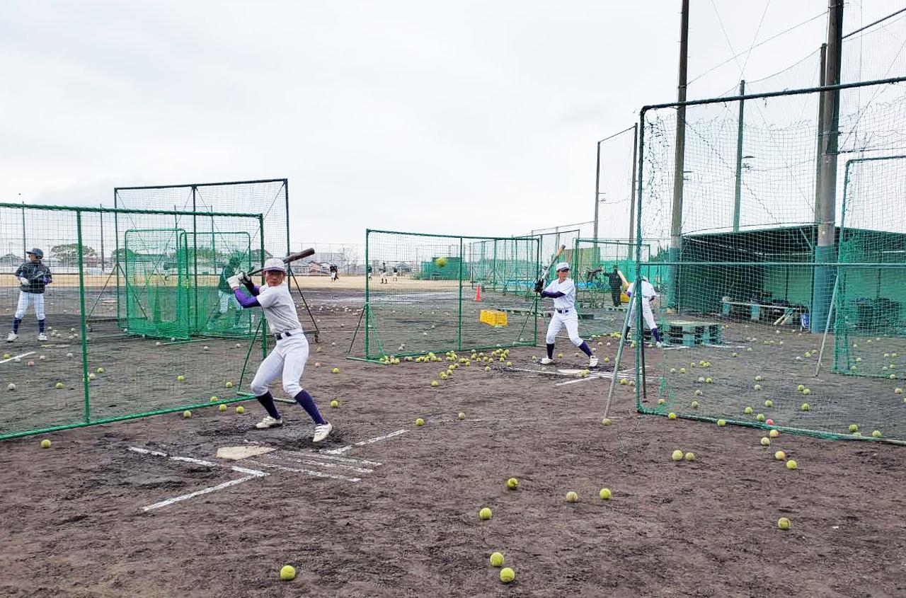 テニスボールを用いてハーフ打撃を行う東播磨ナイン(撮影・酒井俊作)