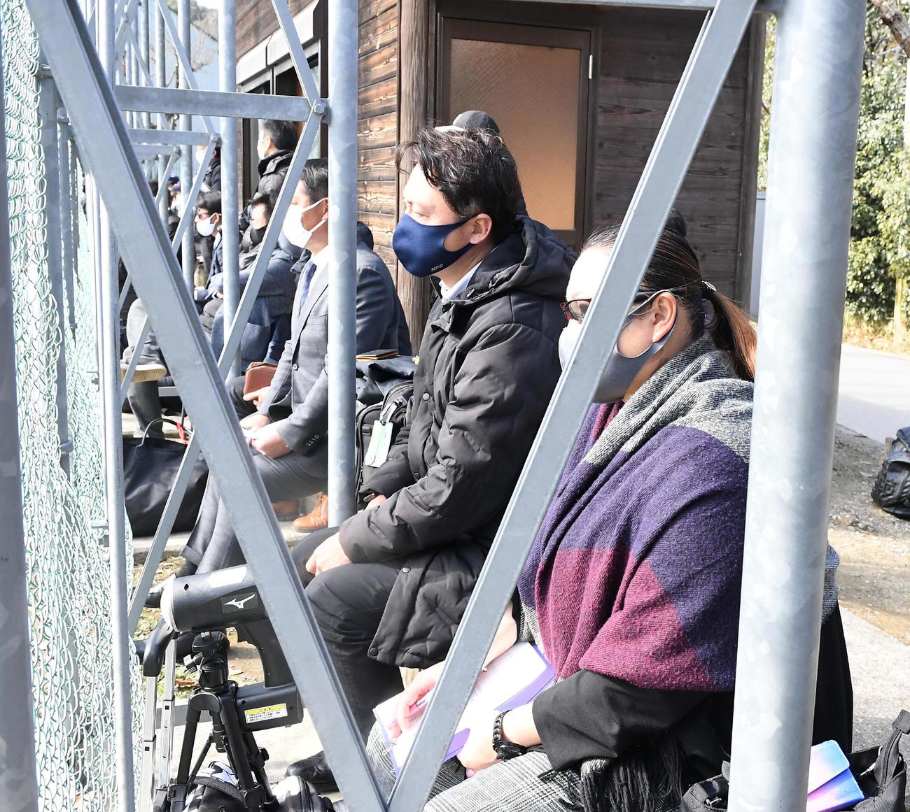 市和歌山対近大付戦に詰めかけた各球団のスカウト(撮影・前岡正明)