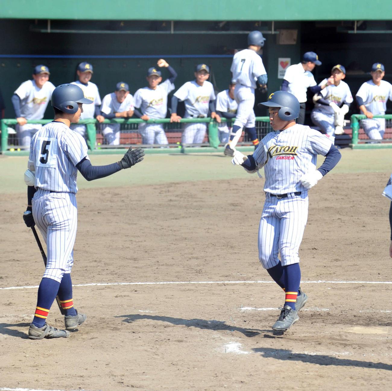 3回、加藤学園無死、右越えソロ本塁打を放ち生還する佐野(右)