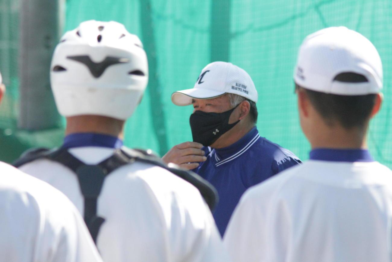 武庫荘総合の植田茂樹監督は円陣で指示を出した