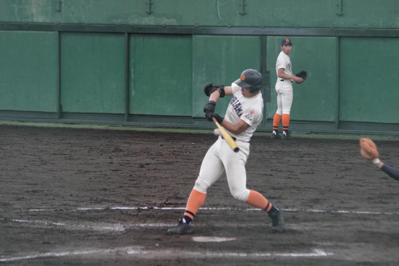 市尼崎の米山航平外野手は2回、詰まりながらも左翼線に二塁打を放った