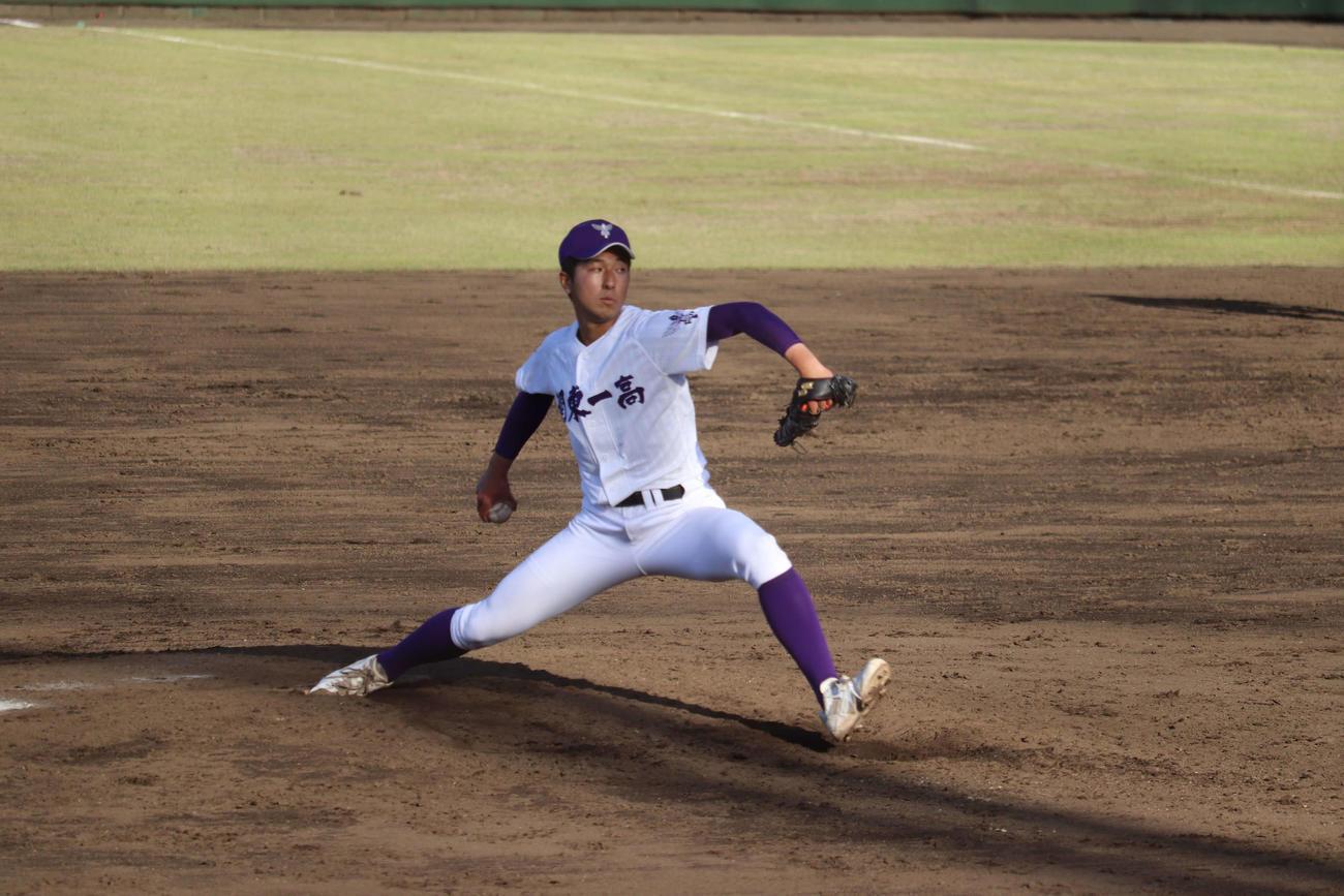 関東第一対国学院久我山 関東第一 7回からリリーフ登板し3回を投げ1本塁打を含む2安打で2失点の、エース・市川(撮影・保坂淑子)