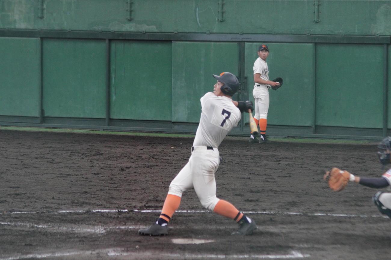 市尼崎の米山航平外野手は2回、詰まりながらも阪神佐藤輝をほうふつさせる豪快なフォロースルーで左翼線二塁打