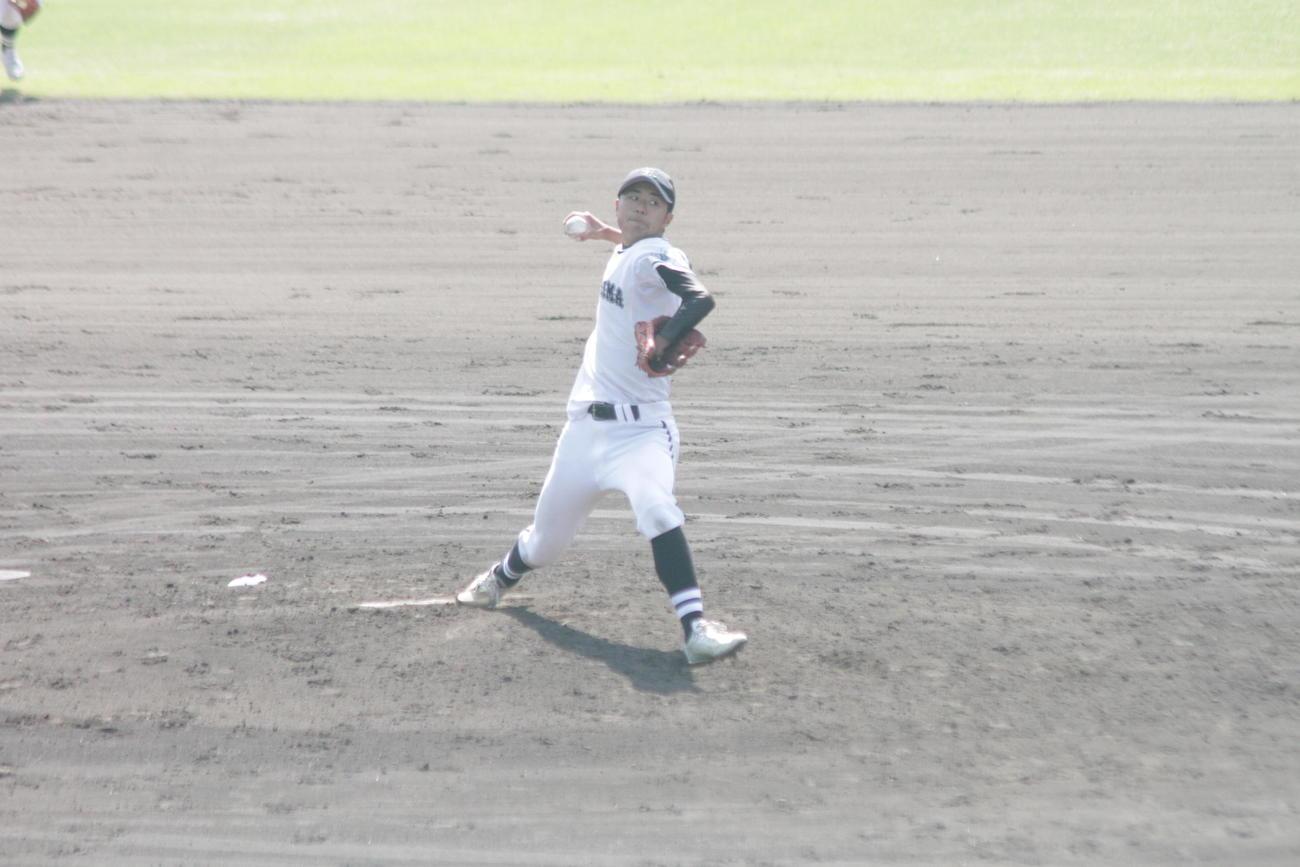 左手の先天性四肢障害を抱えながら力投する神島・笠松子龍投手。左手でグラブを持って投球した