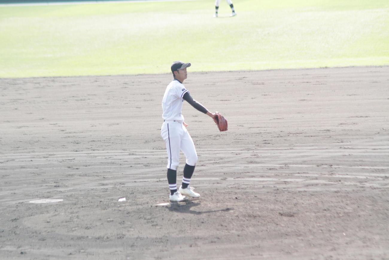 左手の先天性四肢障害を抱えながら力投する神島・笠松子龍投手。捕球するときは左腕用グラブを右手にはめる