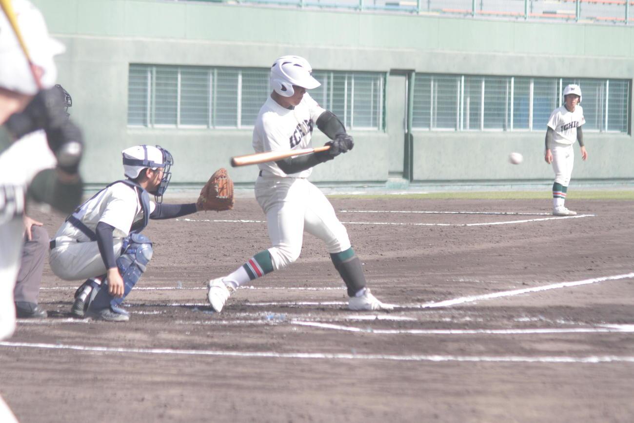 市和歌山・松川虎生は高校公式戦初の2打席連続本塁打を放つなど豪快な打撃を披露した(撮影・酒井俊作)