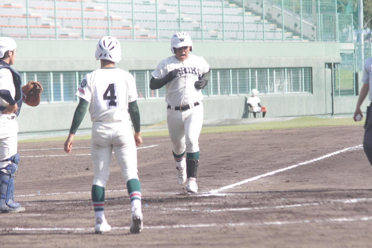 市和歌山松川虎生は3回、左翼に豪快な本塁打を放ち、雄たけびを上げて生還する(撮影・酒井俊作)