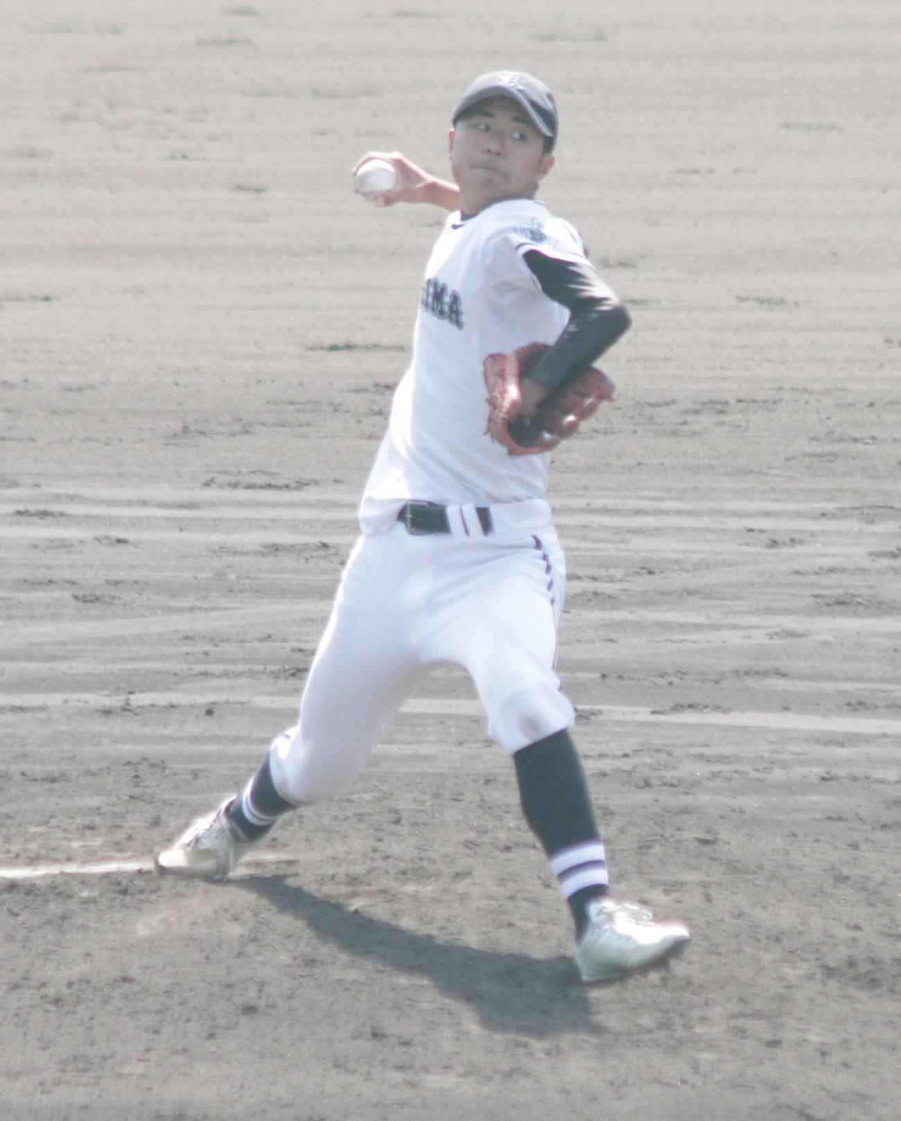 左手の先天性四肢障害を抱えながら力投する神島・笠松子龍(撮影・酒井俊作)