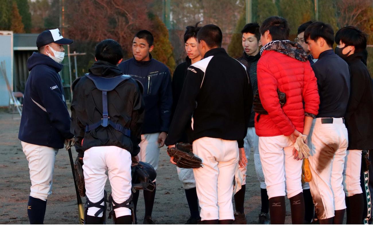 足立部長(左)の話を聞く野幌の選手たち(2021年4月20日)
