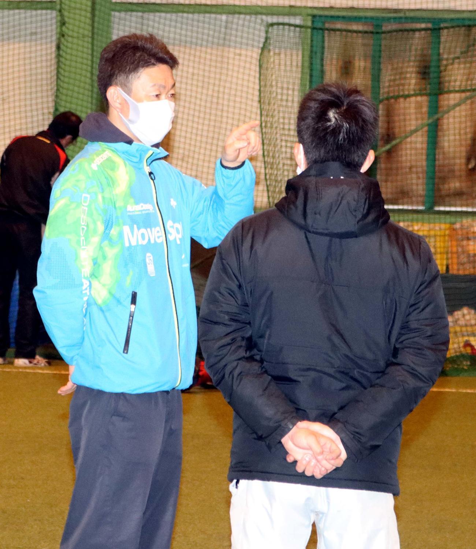 今春就任した立命館慶祥の滝本新監督(左)(撮影・永野高輔)