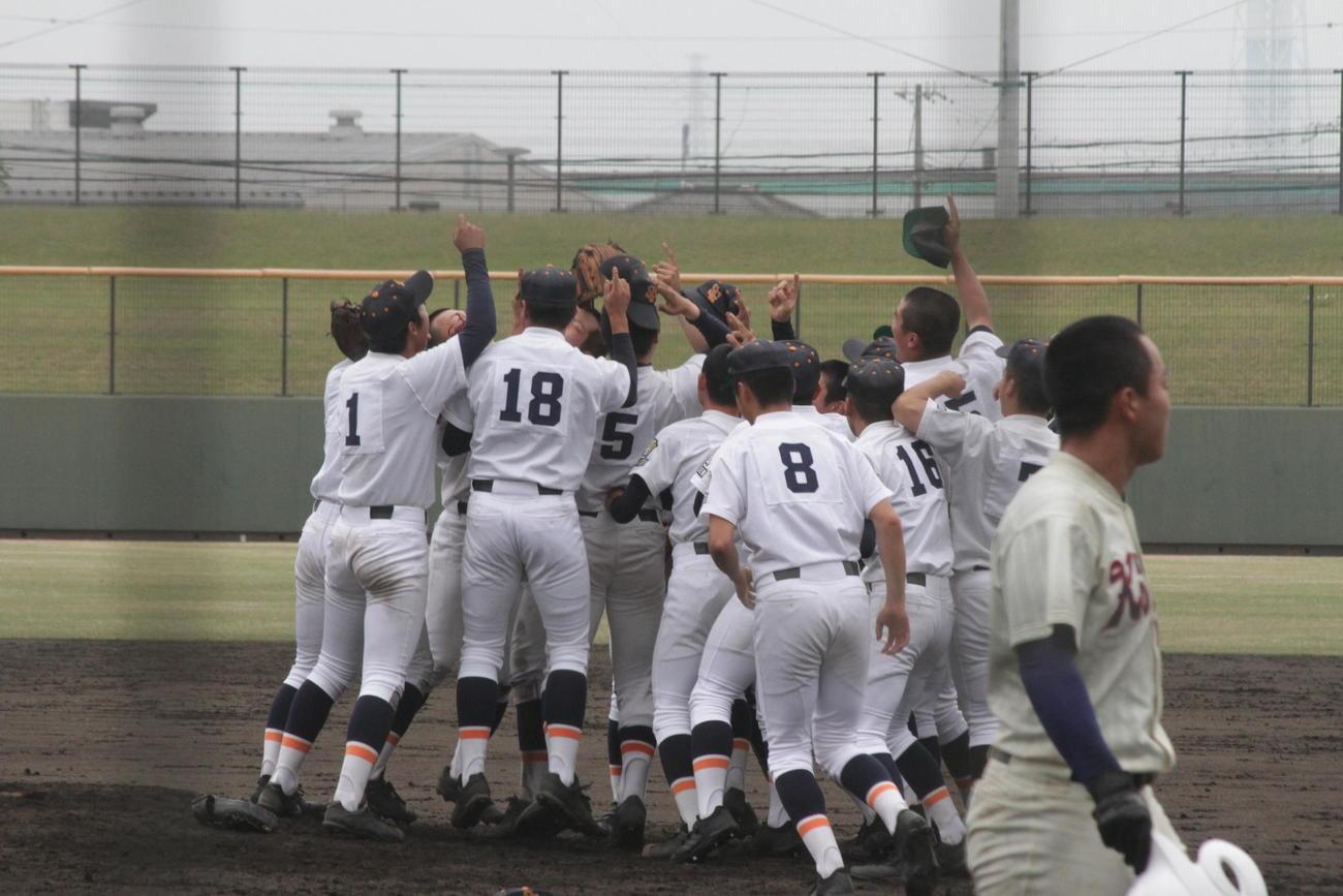 24年ぶり3回目の春季兵庫県大会優勝を達成して喜ぶ神港学園ナイン