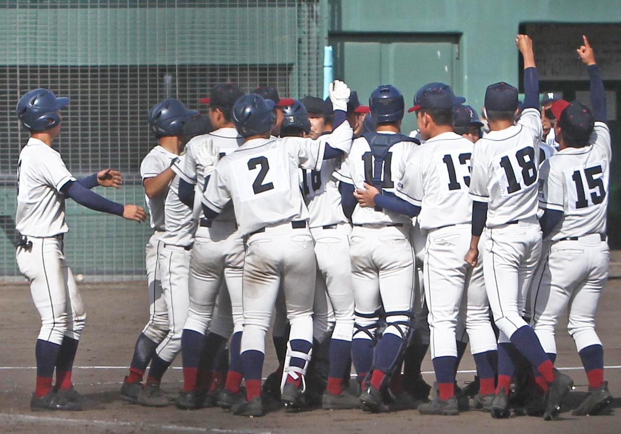 サヨナラ打の滝沢を関根学園メンバーが本塁付近で取り囲む(撮影・飯嶋聡美)