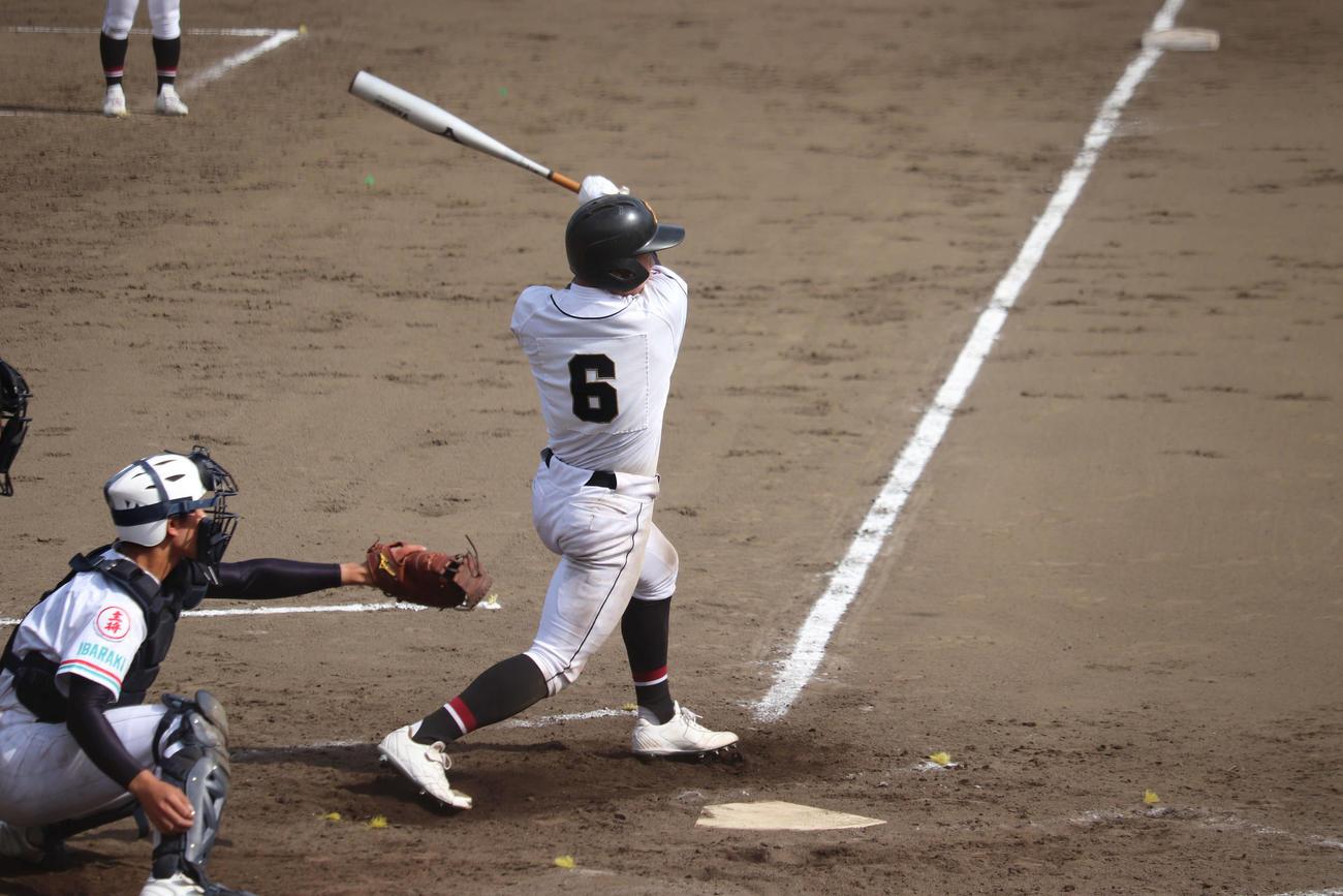 関東学園大付対常磐大高 関東学園大付 1本塁打を含む2安打2打点の活躍を見せた吉田の打撃(撮影・保坂淑子)
