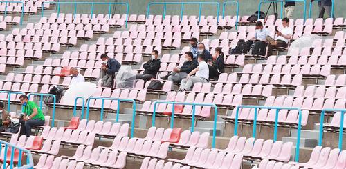 駿台甲府対専大松戸 ネット裏で観戦するプロ野球のスカウト陣(撮影・野上伸悟)