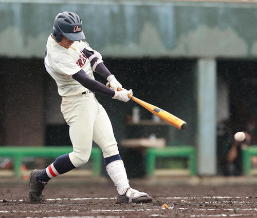 作新学院対浦和学院 2回裏浦和学院2死二塁、左適時二塁打を放つ八谷(撮影・野上伸悟)