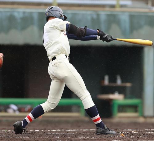 作新学院対浦和学院 2回裏浦和学院2死三塁、左適時二塁打を放つ松島(撮影・野上伸悟)