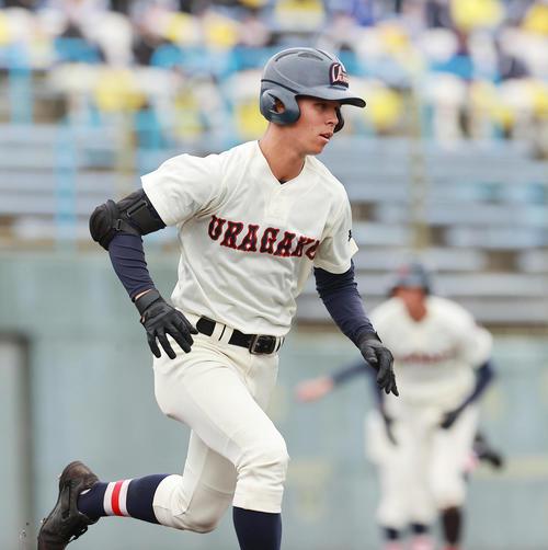 作新学院対浦和学院 6回裏浦和学院1死三塁、中前適時打を放つ三奈木(撮影・野上伸悟)