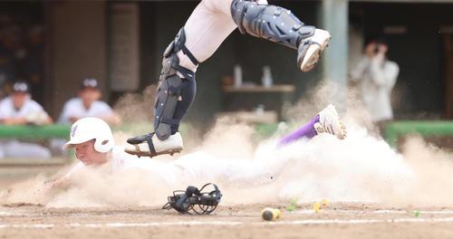 日本航空対関東第一 5回裏関東第一1死二、三塁、楠原の一ゴロが本塁悪送球を誘い、生還する秋葉(撮影・野上伸悟)
